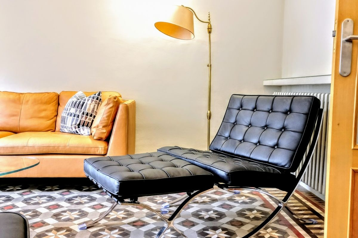 you will relax sitting in the Barcelona chair in this lounge corner with the signature leather sofa.