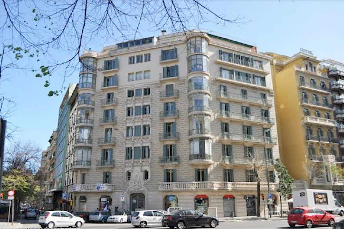 exterior area and neighbourhood only a block away from Passeig de Gràcia. Other nearby attractions to this charismatic Dandi apartment include La Pedrera and La Casa Batlló