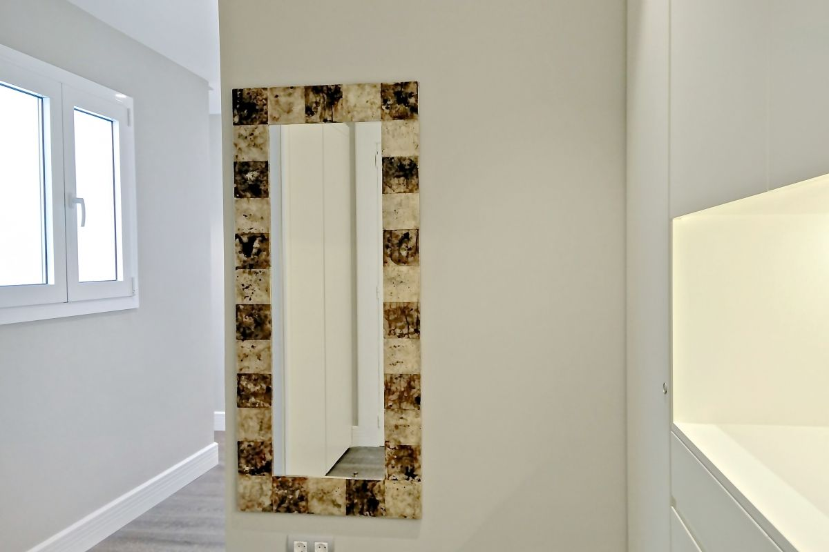 the entrance hall mirror creates the sensation to amplify spaces and provides the last moment to have a look at out outfit before leaving the apartment