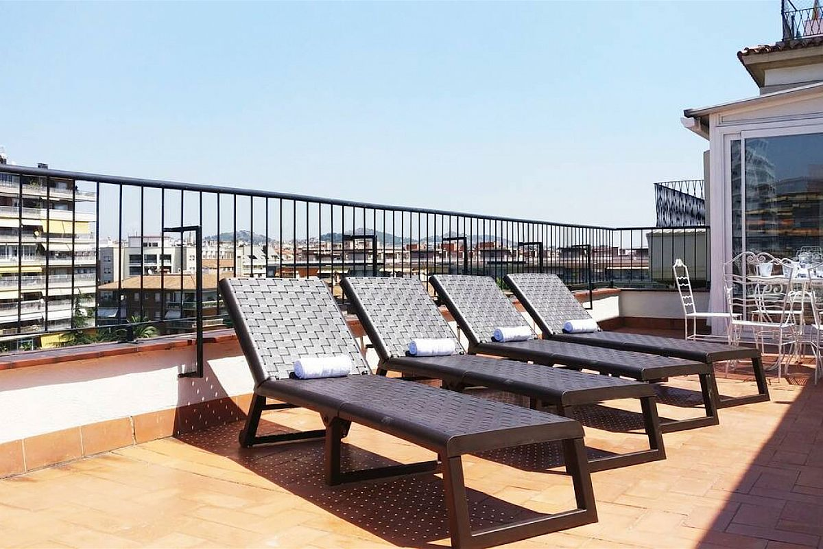 Private, panoramic 65 sqm terrace with deck chairs to sunbathe and night ilumination to get the most out of your Barcelona outdoor activities