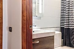 second full bathroom with bathtub in the Noname apartments with terrace in Barcelona