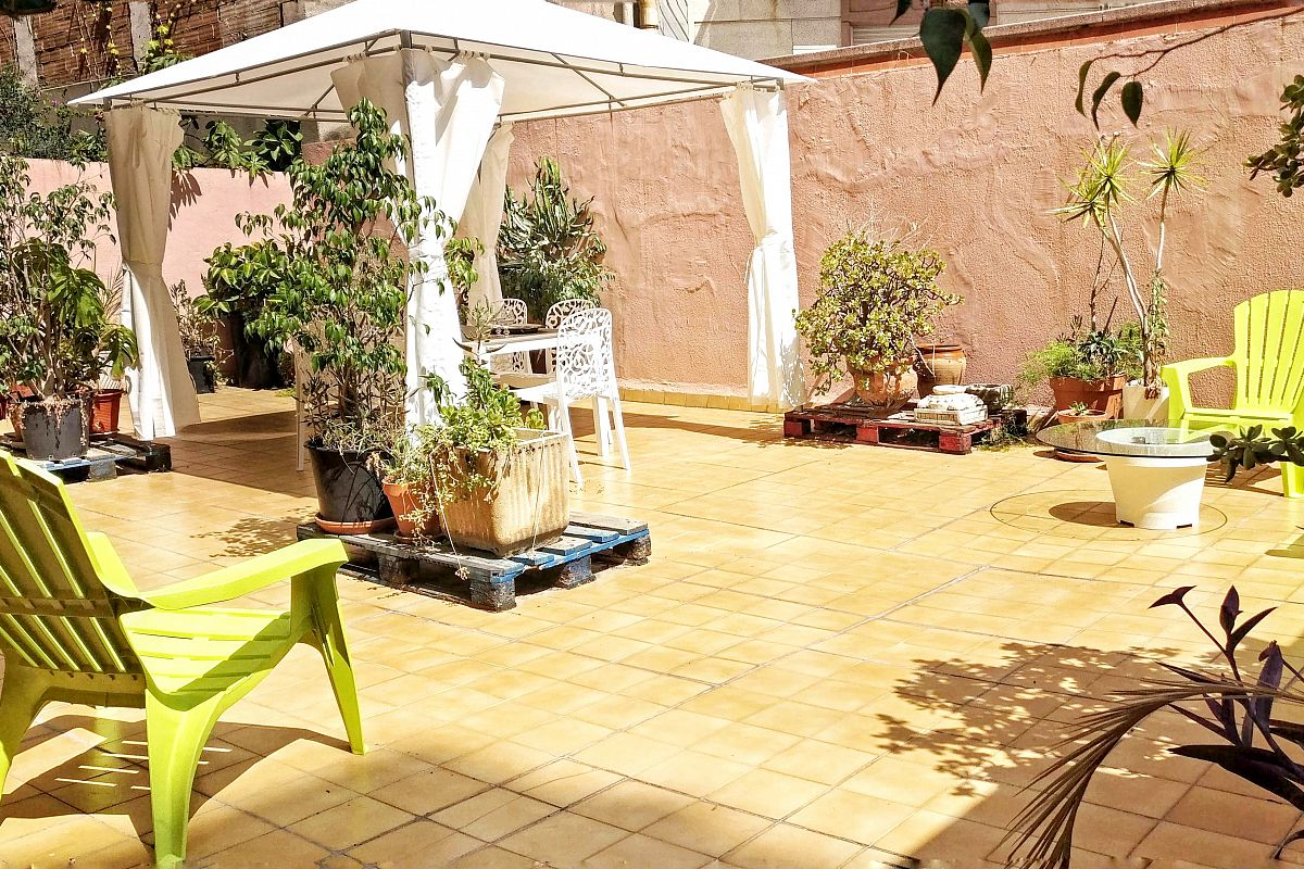 the terrace is worth a special mention. If you want a fresh and chilled-out place, this is the right spot to sunbathe at the Garden House apartment for rent in Barcelona close to L'Arc de Triomf