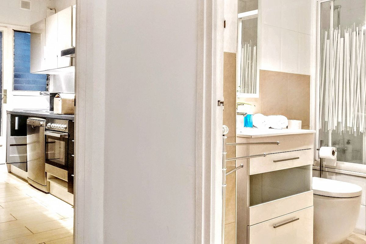 this picture shows how the kitchen and the second bathroom in the Garden House apartment in Barcelona are situated inside the unit