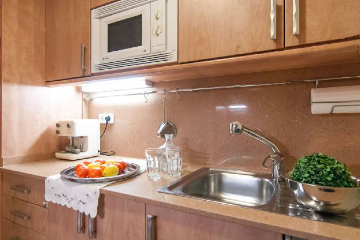 fully equipped modern kitchen with dishwasher, oven and microwave oven at Neo apartment for rent short term in Barcelona
