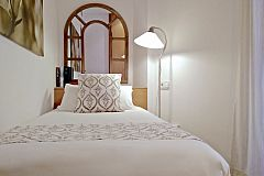 comfortable single bedroom perfect for families who want to discover Barcelona with children at the Neo apartment