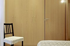 the single bedroom boasts a large wardrobe for all the storage needs that you may need when visiting Barcelona