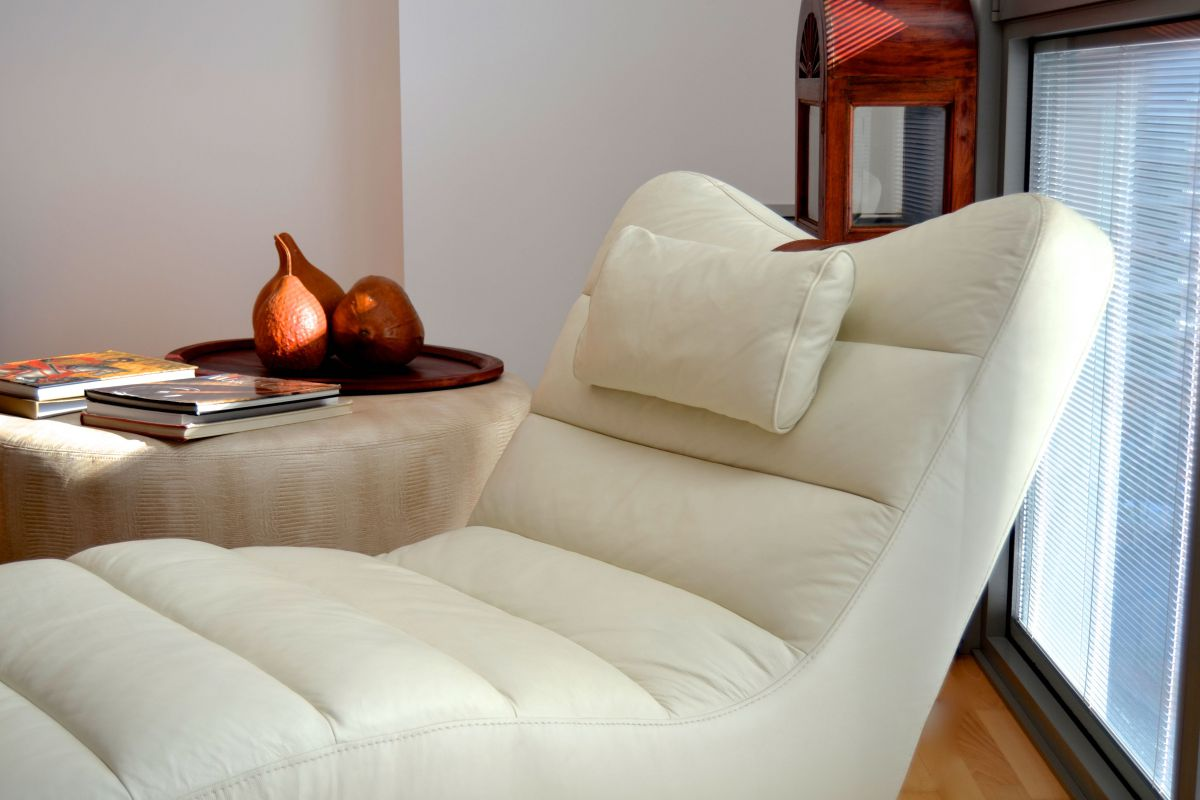the white leather chaise longue could be a nice place to review your daily  email, the fast fiber optic internet connection with wifi allows that you are connected in this Barcelona Technology Hub