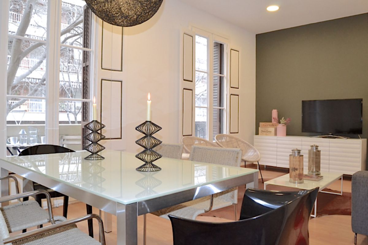 dining area in this Neo apartment with sunny Terrace for rent in Barcelona Eixample