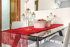 the Ascot apartment for rent in Barcelona has and elegant glass dining table