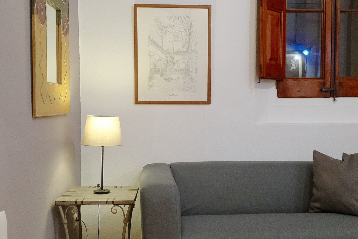 relax area with a nice sofa ideal also to take a nap in a more tranquil atmosphere or working with the fast wifi Internet connection to create your Barcelona Technology Hub in this corporate flat in Gothic Quarter Barcelona