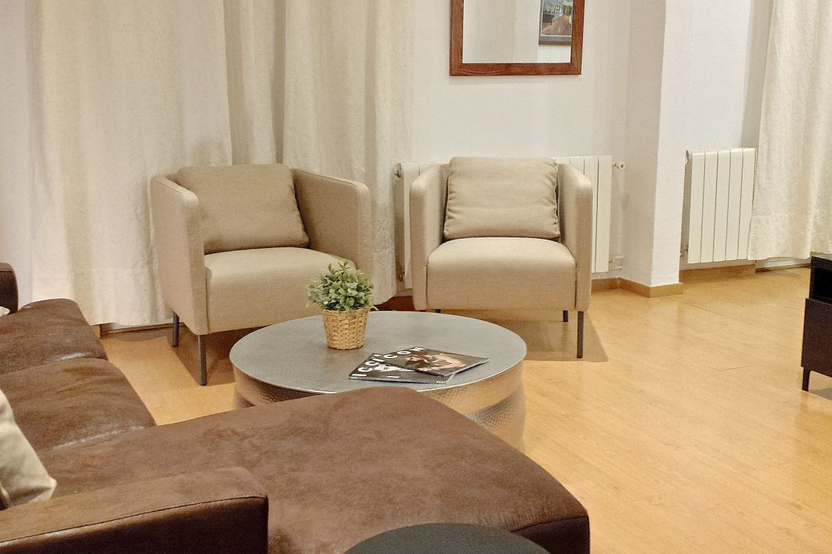 comfortable armchairs at the living area at the Macca furnished apartment for monthly rentals in Barcelona Barri Gotic