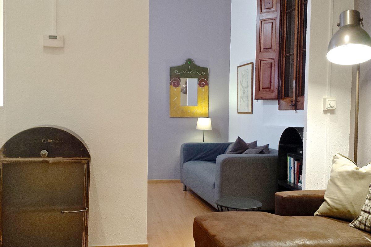 working or reading space where you will also find some books for entertainment and fast wifi Internet connection to create your Barcelona Technology Hub in this corporate flat in Gothic Quarter Barcelona