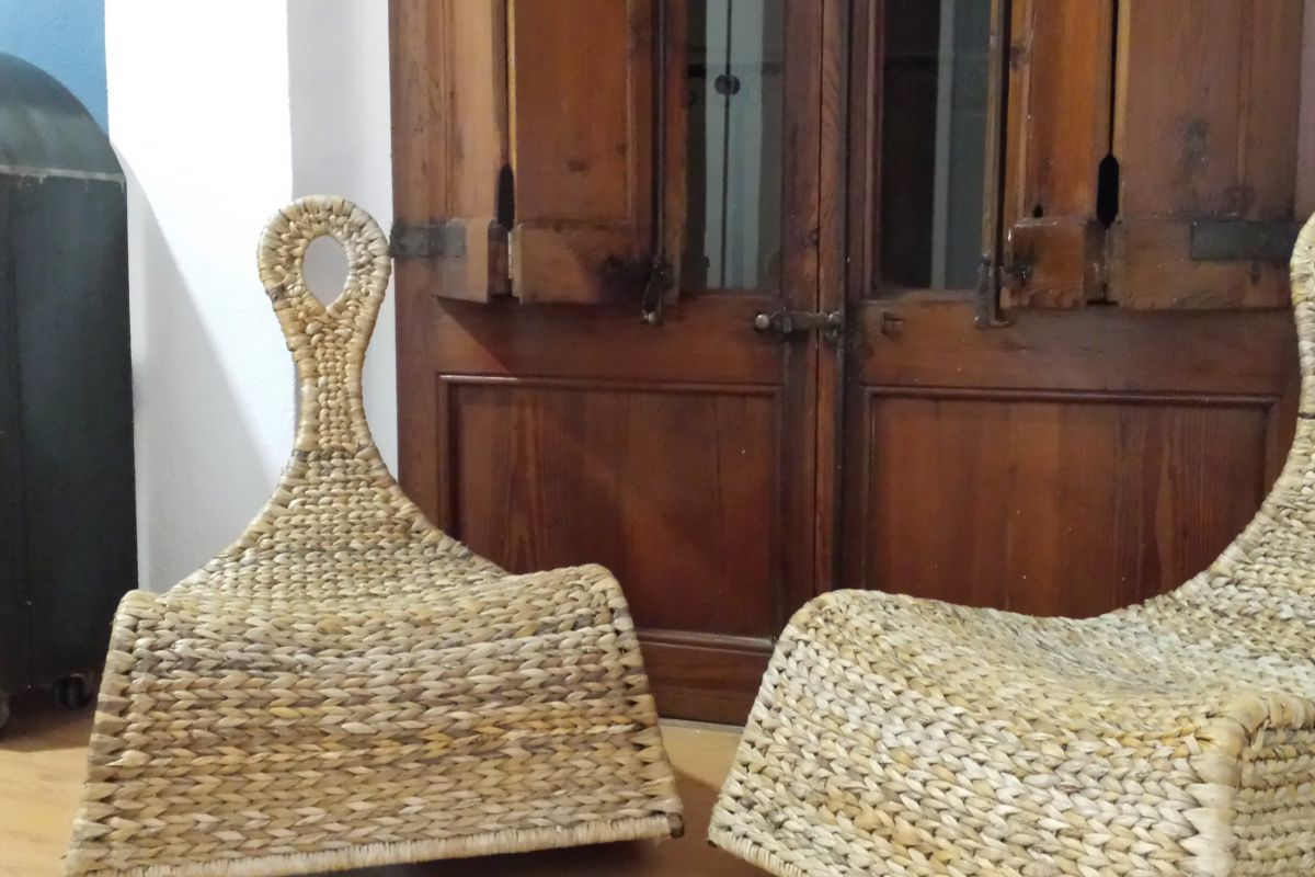third bedroom sweet corner with two rattan rocking chairs in this property for rent in Barcelona specially dedicated for stays in Barcelona apartments for rent short term to corporate clients