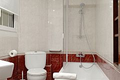 master bath with bathtub in the Macca flat for monthly rentals in Barcelona