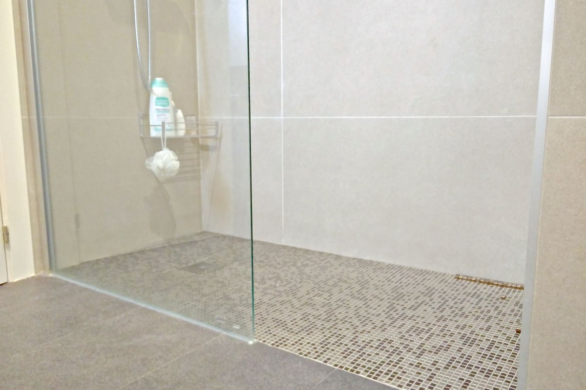 walk-in shower cabin detail at the Penthouse apartment for monthly rentals in Barcelona close to Diagonal Avenue