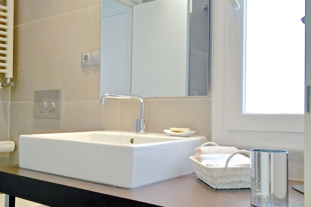 fresh towels, hand soap and bath gel are provided in the Penthouse apartment for rentals long term in Barcelona