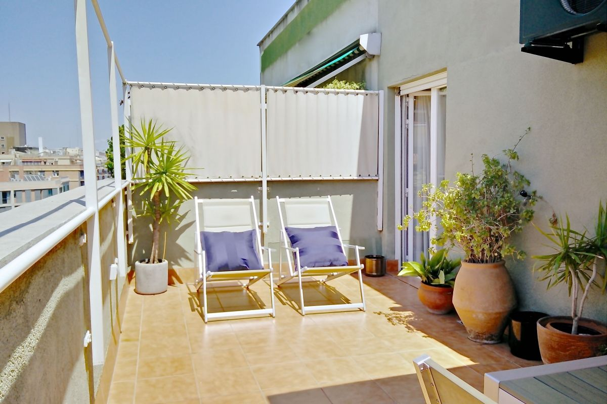 the ultimate luxury your own private terrace with deck chairs, to sunbathe in the Nou Eixample Esquerra district