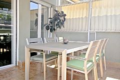 relax in your own private terrace with a dining table with 6 chairs and deck chairs under the sunshade in the Nou Eixample Esquerra area