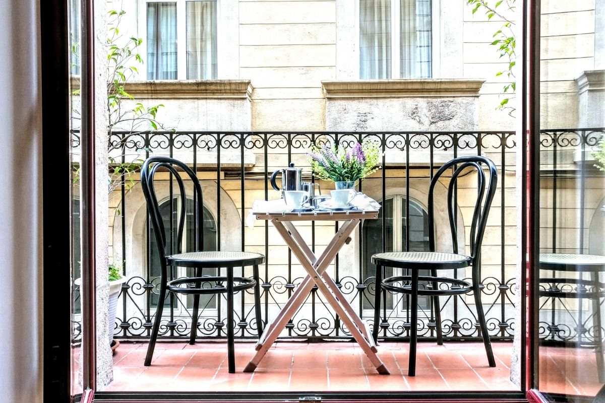 the cosy balcony in this apartment for rent in Barcelona La Rambla gives you the possibility of nice al fresco moments, enjoy a coffee in the morning or a late night glass of ice cold cava