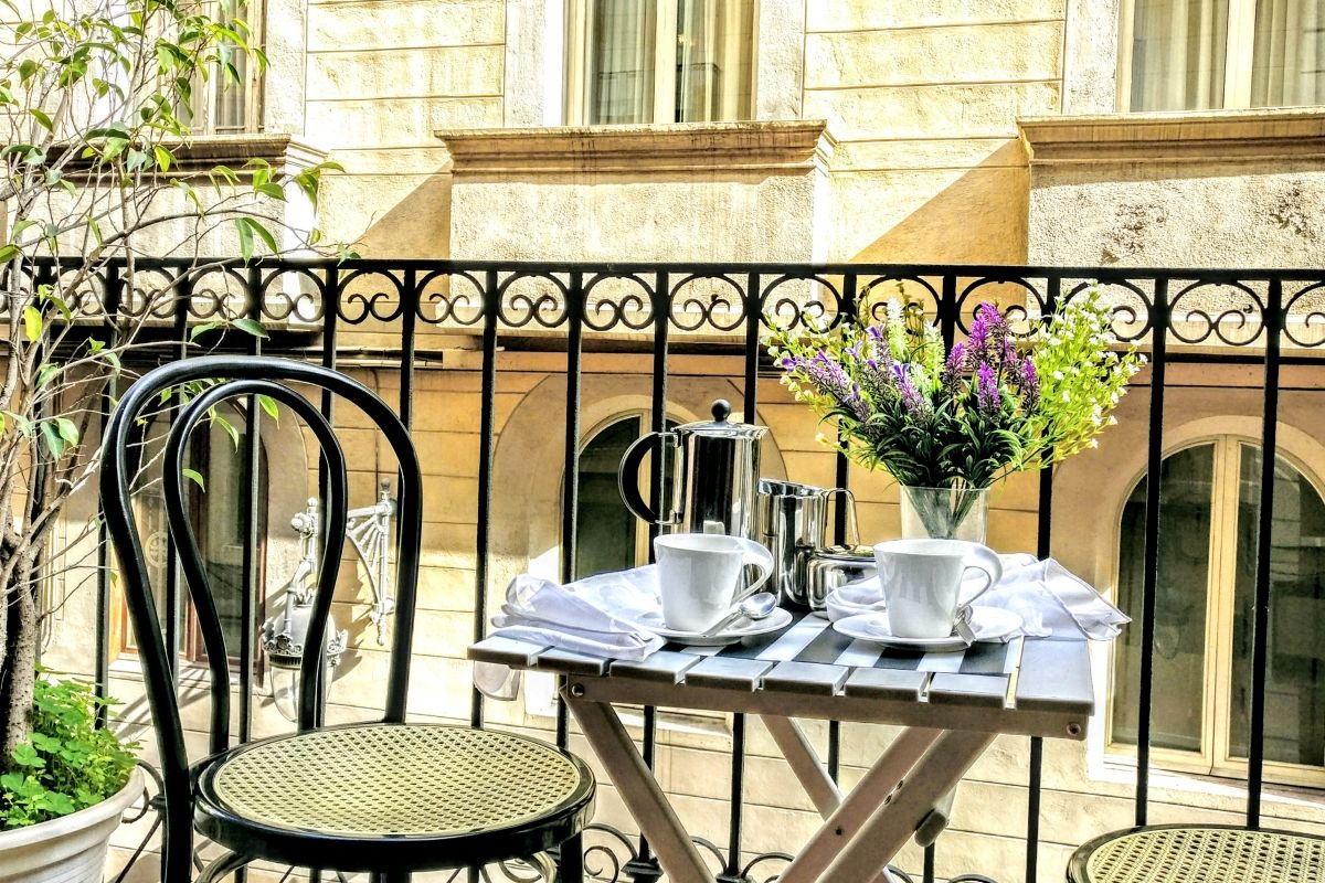 balcony ideal for a morning coffee in this central location furnished apartment in Barcelona La Rambla