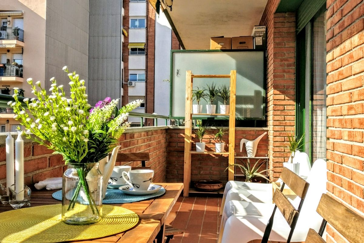 in this apartment with terrace in Barcelona Les Corts you find a dining area and an area to sit and relax having a drink or reading a book, a sheer delight that allows you to live outdoors without leaving home.