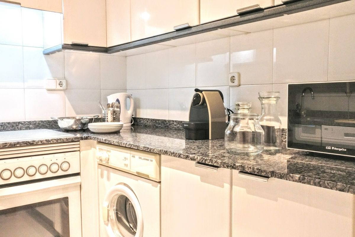 the fully fitted kitchen with dishwasher and Nespresso coffee maker in this apartment for rent in Barcelona for corporate rentals