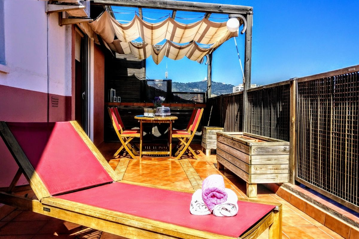 Relax in the comfortable deck chair, sunbathe in the morning, take an after lunch siesta and read a good book in the evening at the Jollie penthouse with Terrace in Les Corts Barcelona