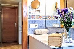 general view the bath at the Jollie apartment for short term rentals in Barcelona that offers one charming bedroom and one full bathroom
