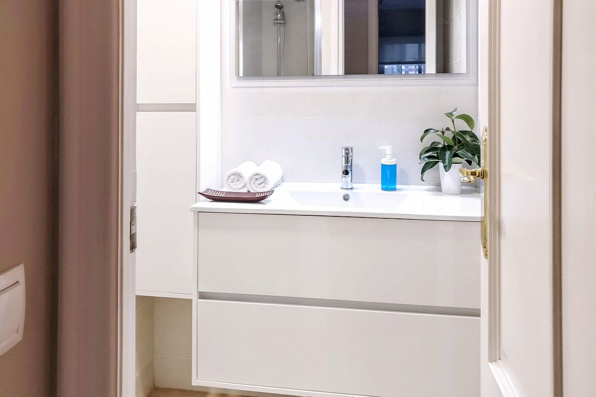 the second bathroom maintains a bright and modern look in this flat for rent in Barcelona monthly rentals in Les Corts quarter