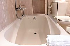 view of the bathroom with bathtub in the Gatsby apartment for rentals long term in Barcelona Les Corts
