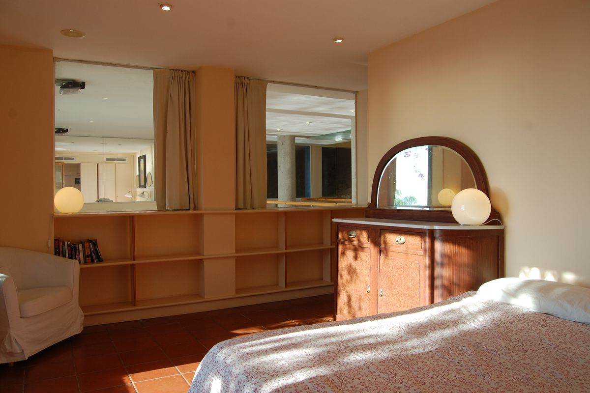 on the second level we find four spacious bedrooms and two complete bathrooms with bathtubs