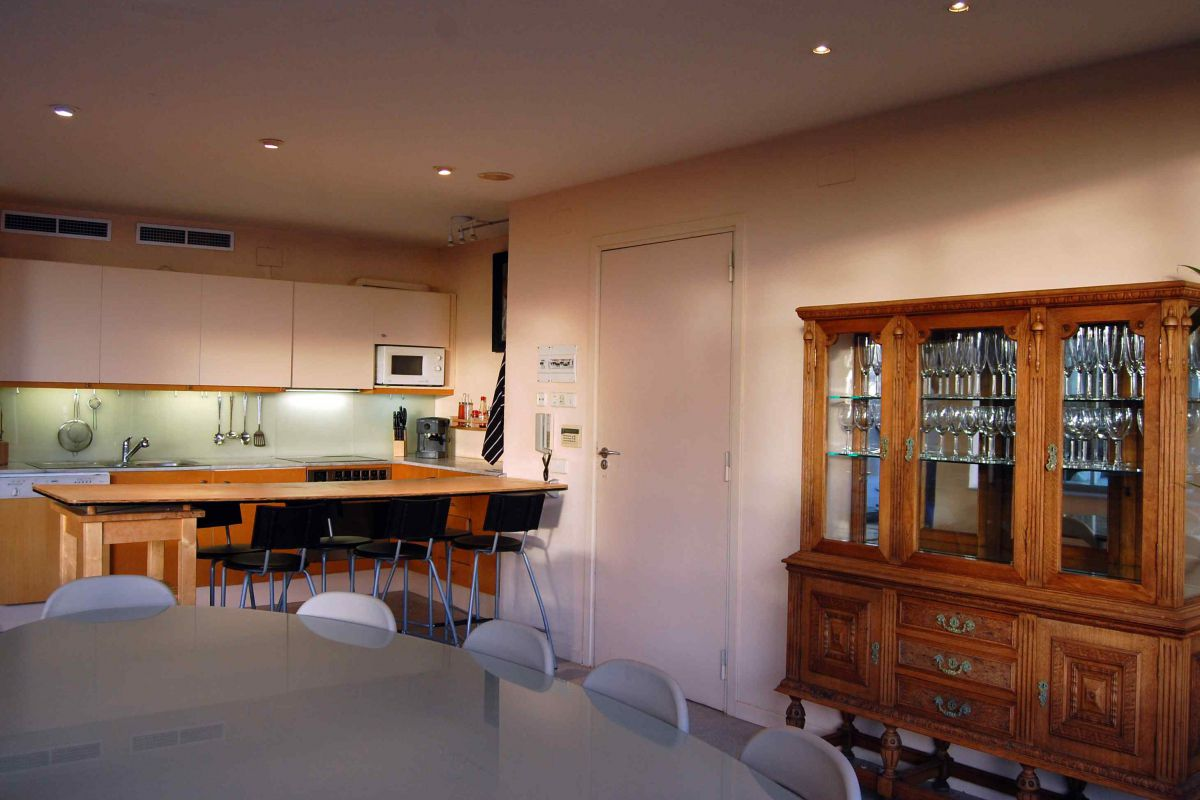 the ground floor has a dinning room with table suitable for ten people and it is connected to the kitchen through a bar in this Villa for rent in Sitges