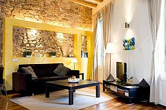 cozy corner with flat screen tv in the Picasso studio flat in El Born area in Barcelona apartments for rent short term and long stays rentals next to Mercat de Santa Caterina