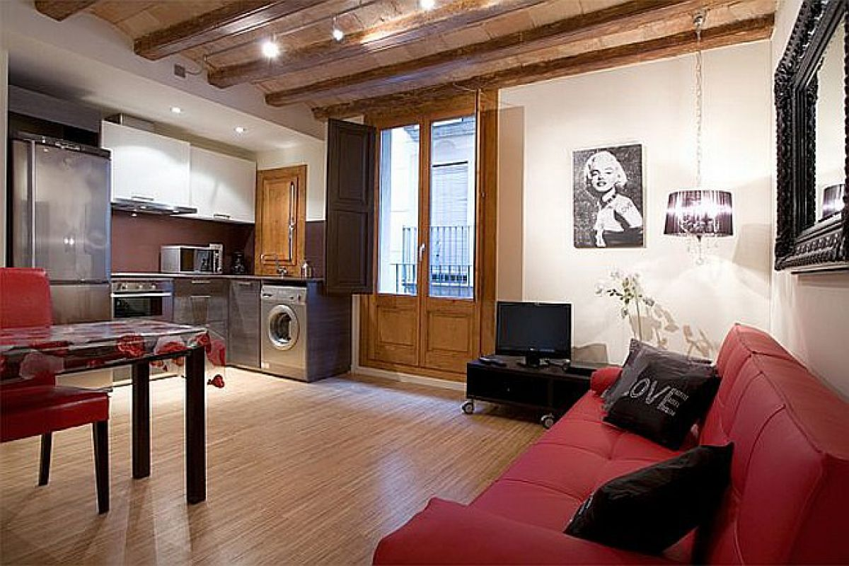 one bedroom flat with balcony on La Rambla next to Boqueria market
