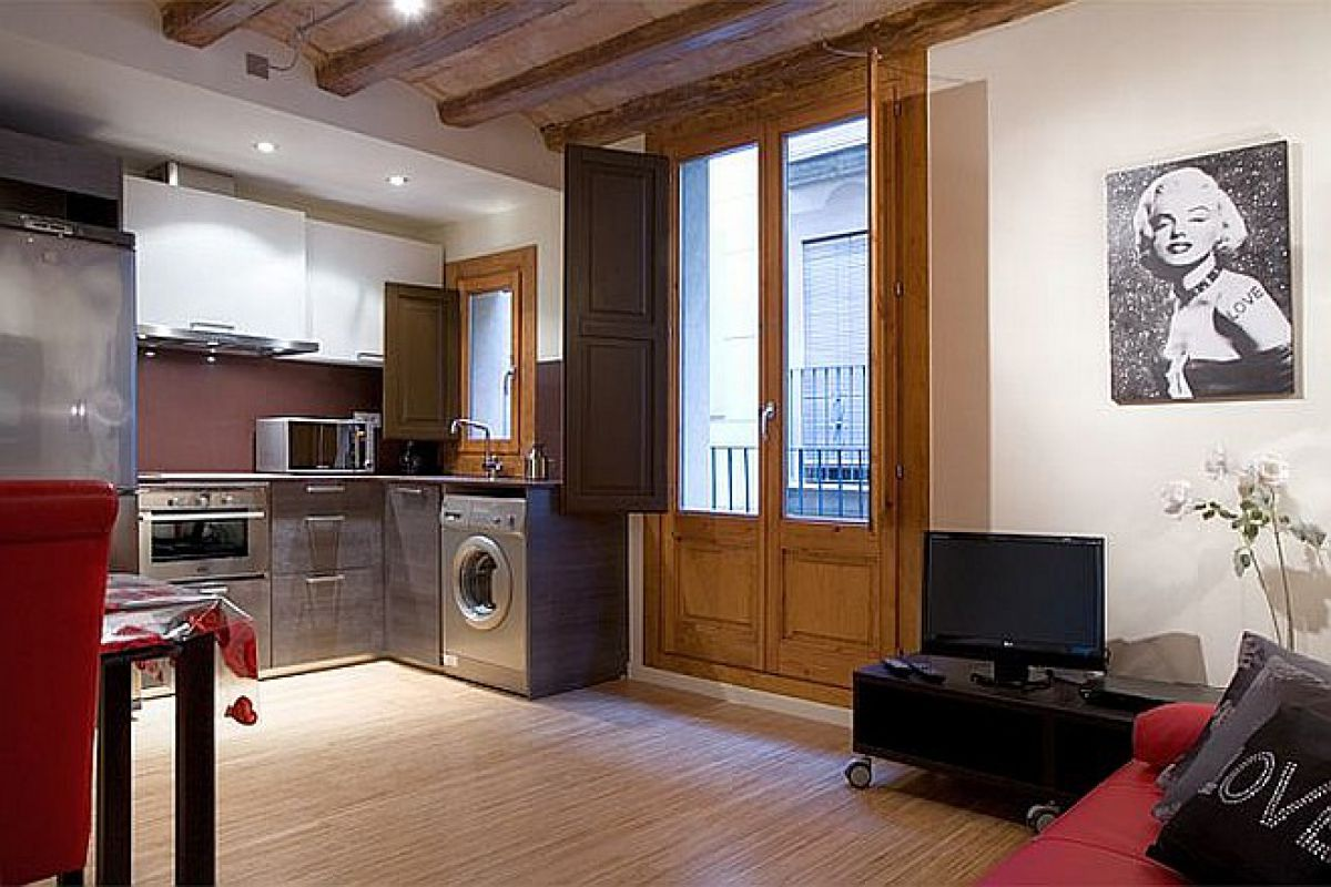 this apartment in Barcelona for monthly rentals is a step away the popular Rambla, where the Mercado de la Boqueria is located