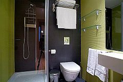 general view of the bathroom with shower cabin this cosy apartment for rent in Barcelona on La Rambla for monthly rentals